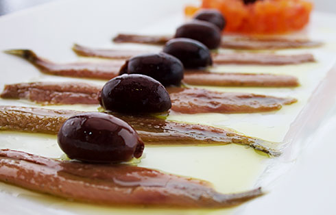 Santurce-Anchovis mit Tomatentimbale und Kalamata-Oliven (6 Filets)